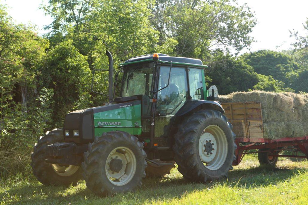 A propos : Maxence sur le tracteur familial