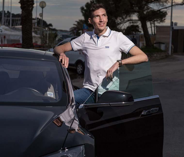 Club privé business : Maxence Rigottier à côté d'une voiture de luxe