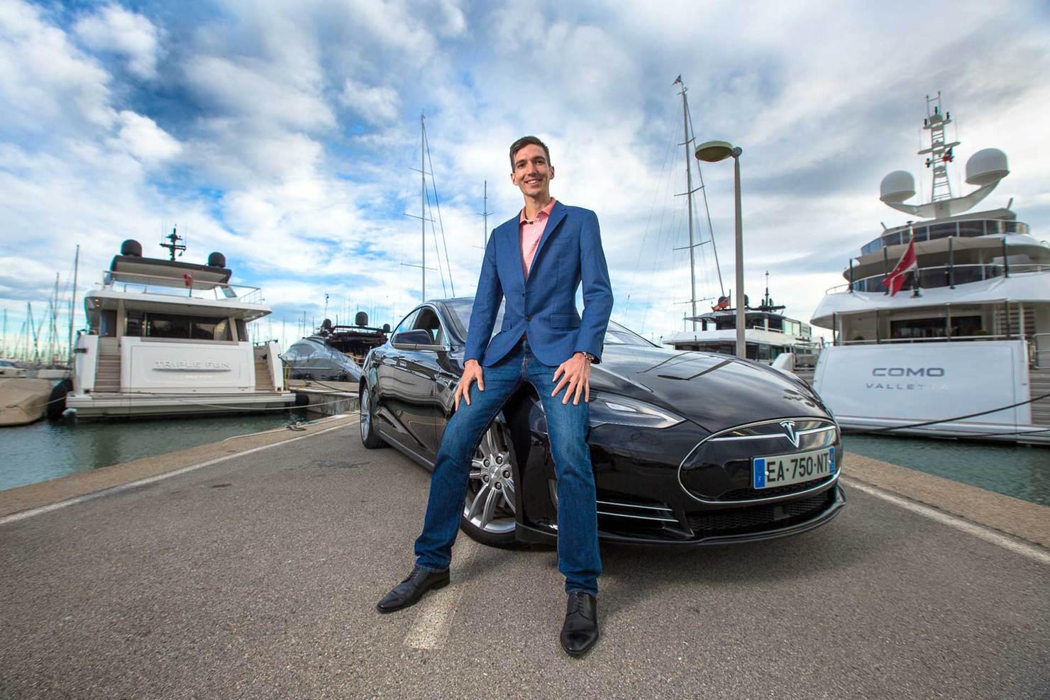Club privé business : Maxence devant une Tesla